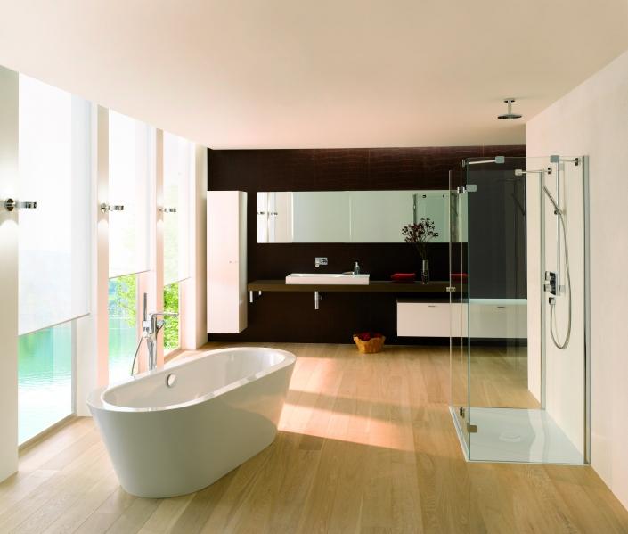 Komplettbad mit freistehender Badewanne und Dusche bodentief