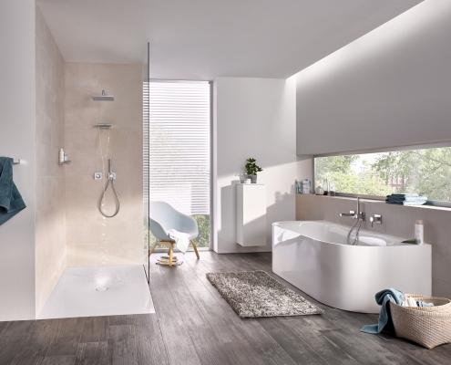 Modernes Komplettbad mit Dusche und Badewanne München